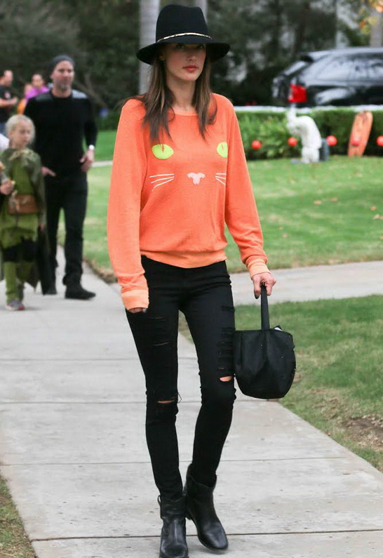 Alessandra Ambrosio wearing Frame Denim Le Color Ripped Jean