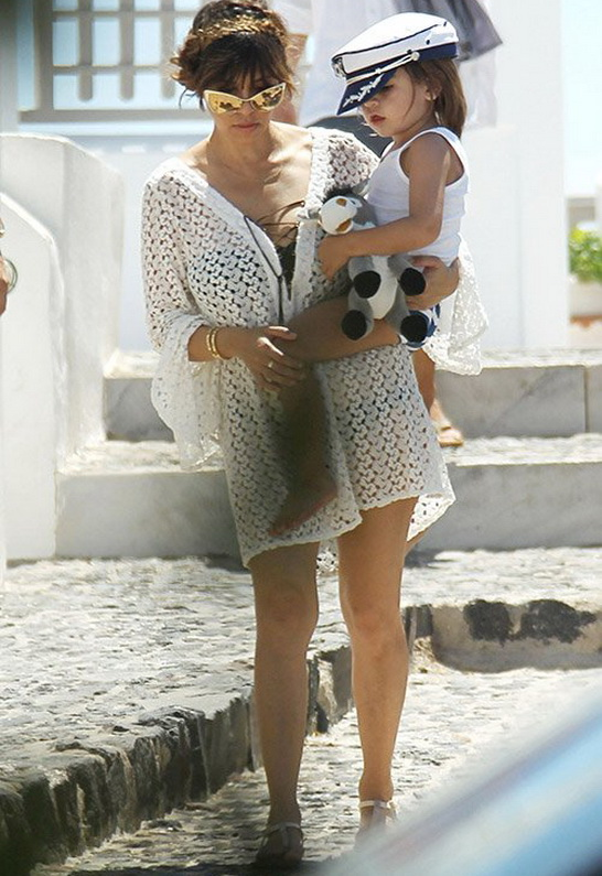 Kourtney Kardashian in T Bags